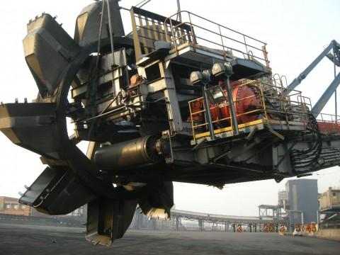 港口设备液压泵维修现场
