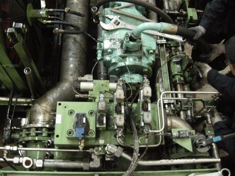 工业设备液压泵维修现场